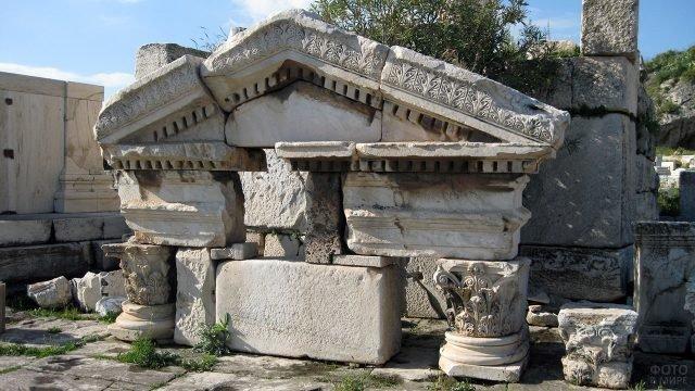 Сохранившийся фронтон Восточной Триумфальной арки