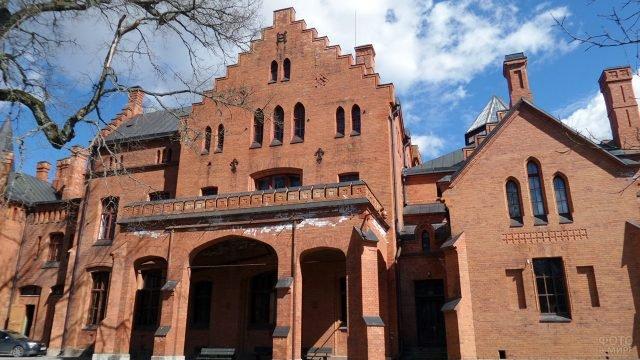 Ступенчатый фронтон кирпичного здания в немецком стиле