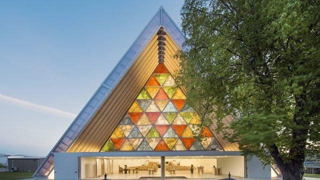 Треугольный фронтон с витражами работы Шигеру Бан