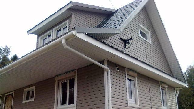 Треугольный фронтон современного дачного домика