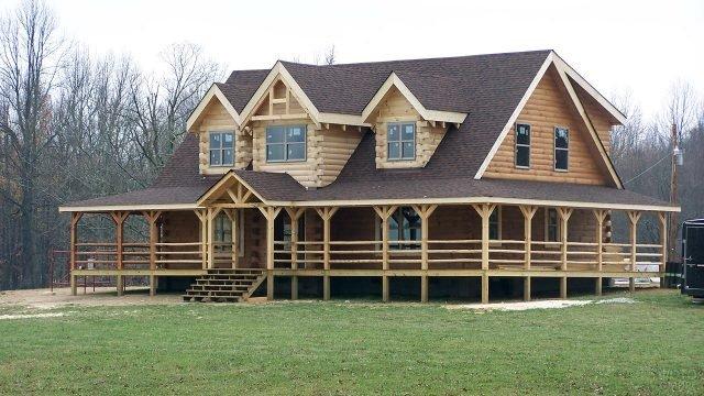 Дом из оцилиндрованных брёвен с мезонином и верандой под черепичной крышей