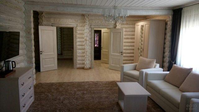 Гостиная в деревянном доме из оцилиндрованного бревна