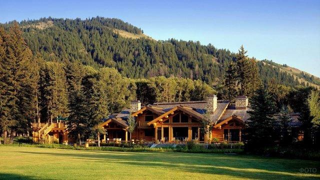 Классический особняк у подножья горы построенный в эко-стиле из оцилиндрованных брёвен