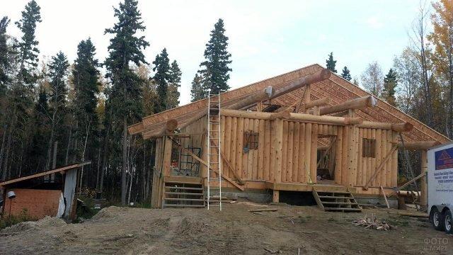 Незавершённый дом из оцилиндрованных брёвен поставленных вертикально