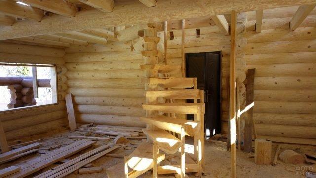Процесс строительства лестницы на второй этаж