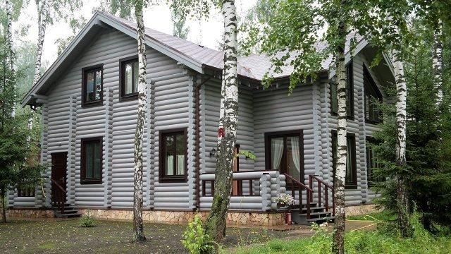 Светло-серый загородный дом в скандинавском стиле под берёзами