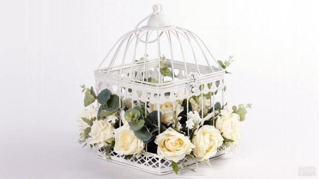 Белые розы в птичьей клетке к 8 марта