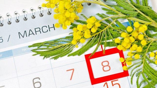 Букет мимозы на календаре с датой 8 марта