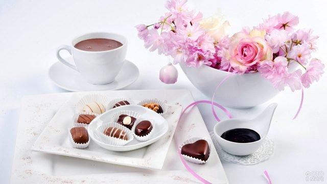 Букет розовых цветов, кофе и конфеты на 8 марта