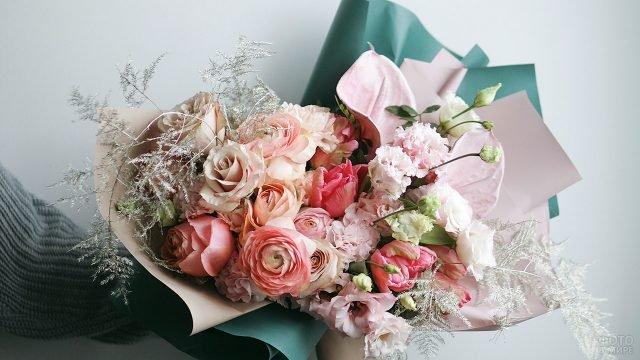 Дизайнерский розовый букет к 8 марта в тёмно-бирюзовой бумаге