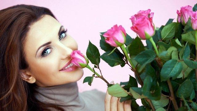 Красавица с букетом розовых роз на 8 марта