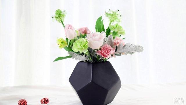 Лаконичный букет в стильной полигональной вазе в подарок к 8 марта