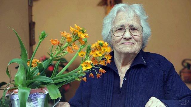 Пенсионерка с букетом оранжевых цветов на 8 марта