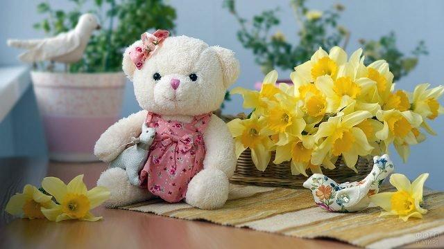 Плюшевый мишка и букет нарциссов к 8 марта