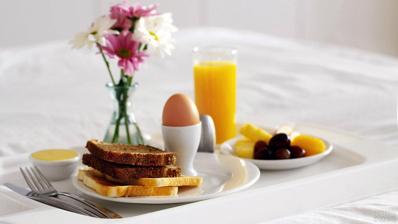 Романтичный завтрак в постель с букетиком цветов к 8 марта