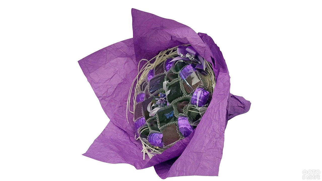 Стильный букет с конфетами в фиолетовой бумаге к 8 марта