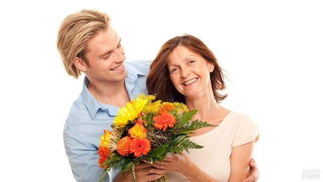 Сын дарит маме яркий букет на 8 марта