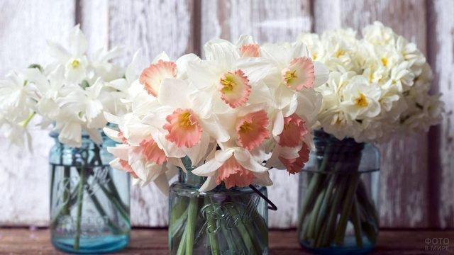 Три сорта белых нарциссов в стильных весенних букетах к 8 марта