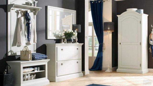 Белая мебель в стиле прованс в тёмном интерьере прихожей