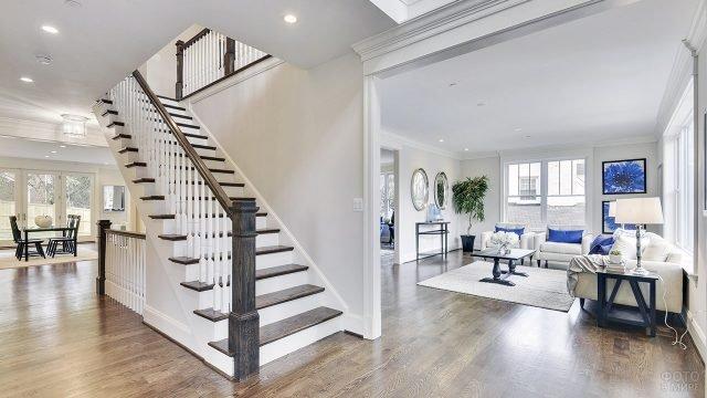 Белый холл с лестницей между столовой и гостиной