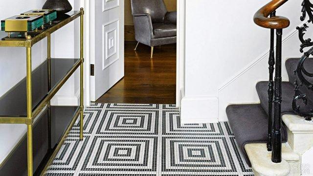 Чёрно-белый мозаичный пол в белой прихожей с чёрными акцентами