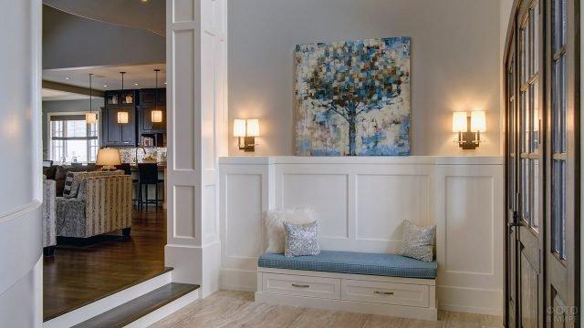 Дизайнерская прихожая с белыми деревянными панелями и гламурным текстилем