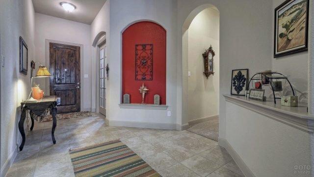Эклектичная прихожая с арочными проёмами и винтажными деталями интерьера