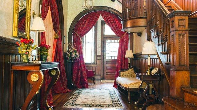 Классическое фойе квартиры-музея в стиле конца 19 века
