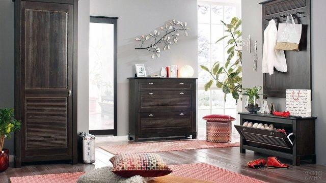 Колониальная деревянная мебель в современном интерьере прихожей с красными текстильными акцентами