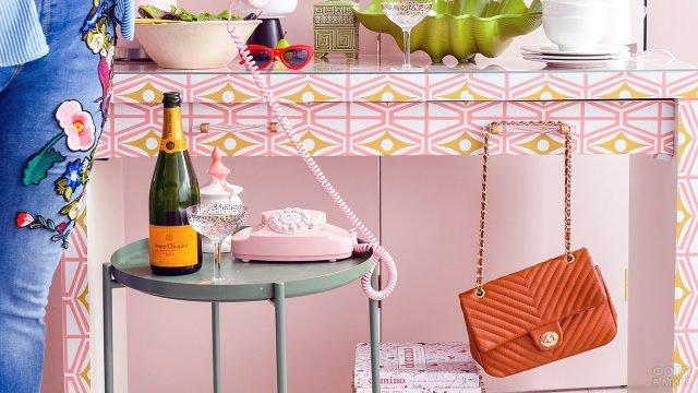 Модульный столик с орнаментом и винтажный декор в стильной прихожей