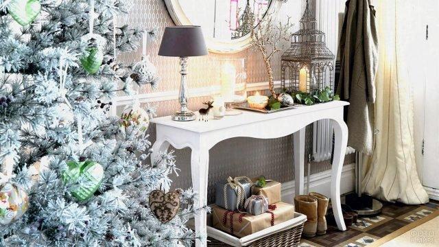 Нарядный новогодний уголок с ёлкой в минималистичной прихожей