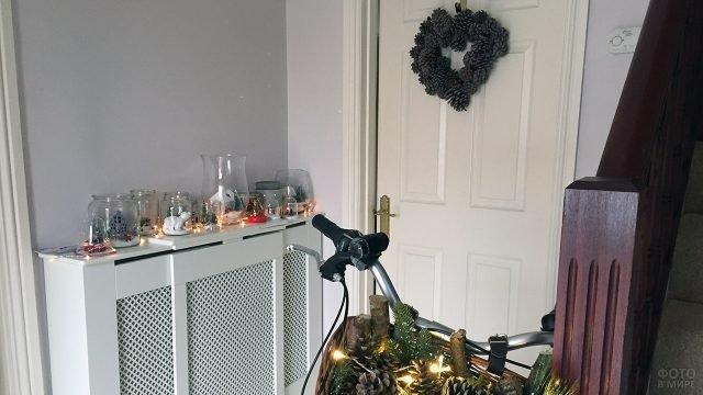 Новогодний декор маленькой прихожей с велосипедом
