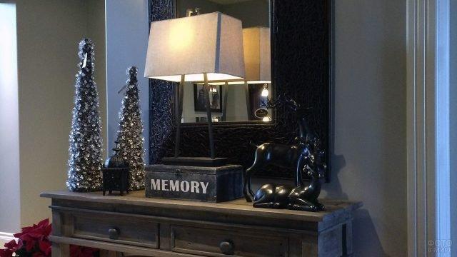 Новогодняя ёлочка у зеркала на модульном столе в тёмной прихожей