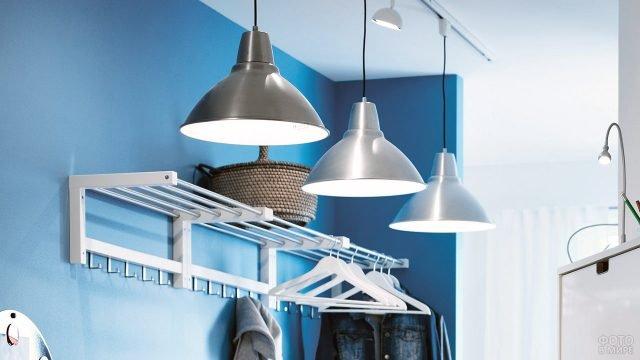 Серебристые детали синего интерьера в небольшой современной прихожей