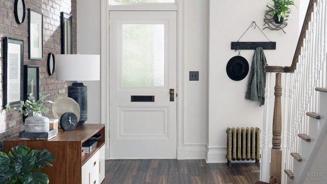 Современная прихожая в стиле лофт с белой лестницей