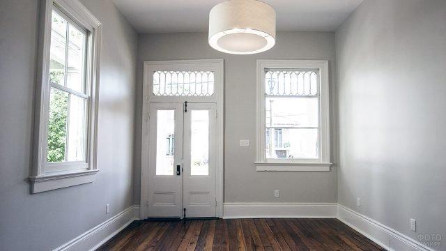 Светлое фойе с двумя окнами и дубовым полом