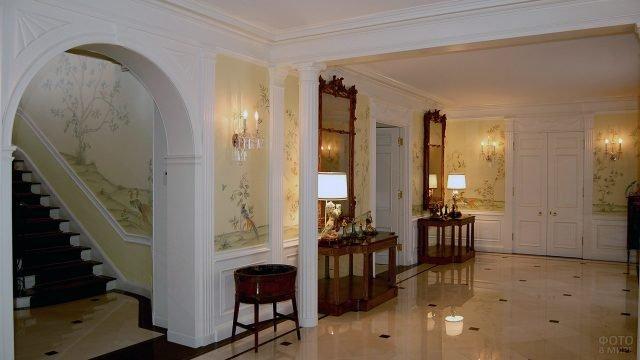 Трендовый дизайн классической прихожей с тёмной мебелью и мраморным полом
