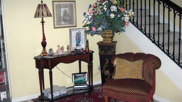 Уютный уголок с винтажной мебелью в прихожей