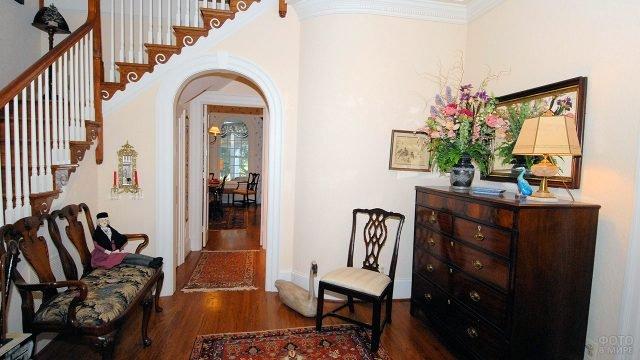 Винтажный интерьер светлой классической прихожей с лестницей