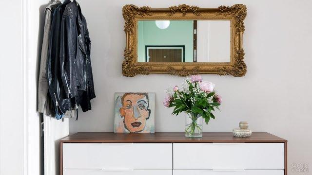 Зеркало в классической тяжёлой раме в современной небольшой прихожей