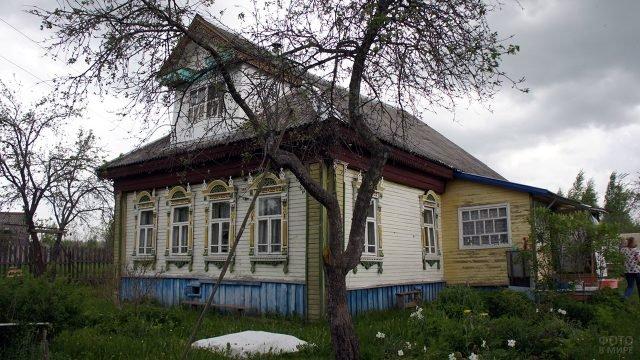 Красивый деревенский дом с резными наличниками