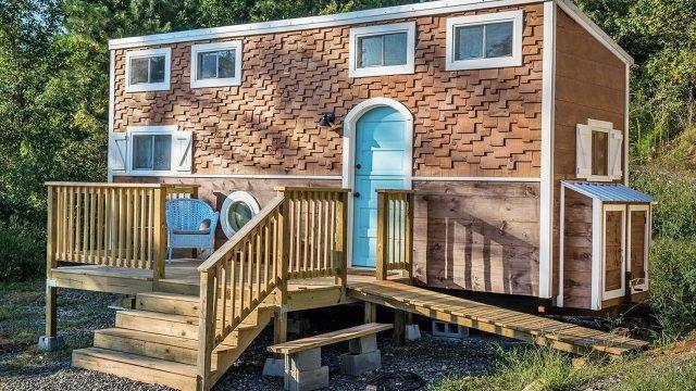 Небольшой уютный домик с крылечком сделанный из автофургона