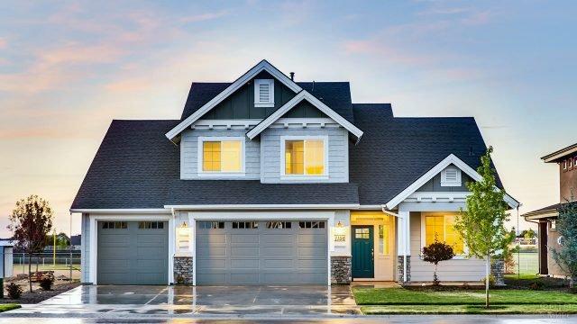 Пригородный дом с мансардой и гаражом в серо-голубых тонах