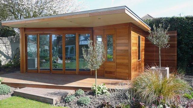 Современный деревянный дачный домик с плоской крышей
