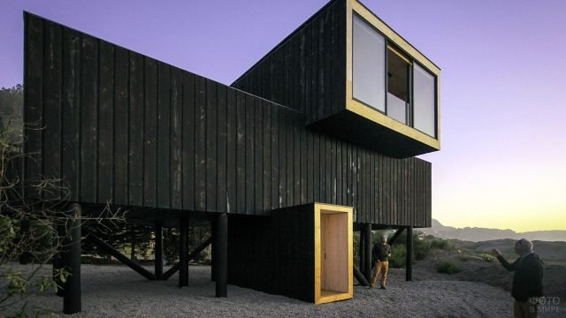 Стильный дом из морских контейнеров на сваях