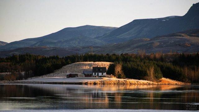 Уединённый домик на берегу горного озера
