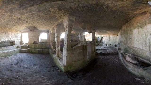 Пещерный город в горе Тепе-Кермень
