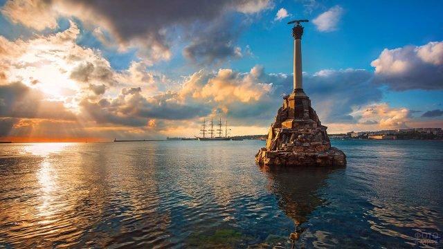 Севастопольский Памятник затопленным кораблям в лучах заката