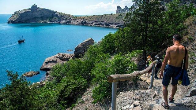Туристы на Тропе Голицына близ крымского курорта Новый Свет