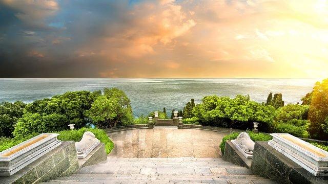 Вид на закат над морем из Воронцовского парка в Крыму
